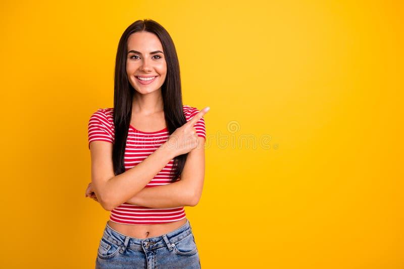 Het portret van mooie aantrekkelijke de studentenpromotor van de tienertiener kijkt advertenties adverteert de jeans moderne kled stock afbeeldingen