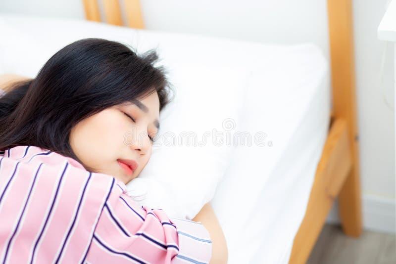 Het portret van mooie Aziatische jonge vrouwenslaap die in bed met hoofd op hoofdkussen comfortabel en gelukkig met vrije tijd, m royalty-vrije stock afbeelding