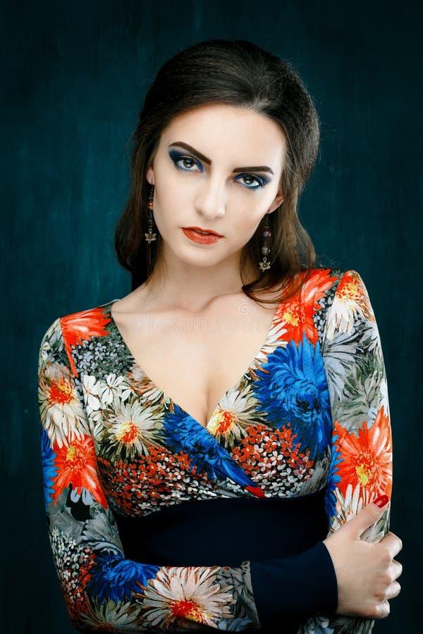 Het portret van mooie jonge vrouw met rode lippen kleedde zich in een heldere blouse royalty-vrije stock foto