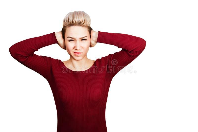 Het portret van mooie jonge vrouw sluit oren Ge?soleerdj op witte achtergrond royalty-vrije stock foto