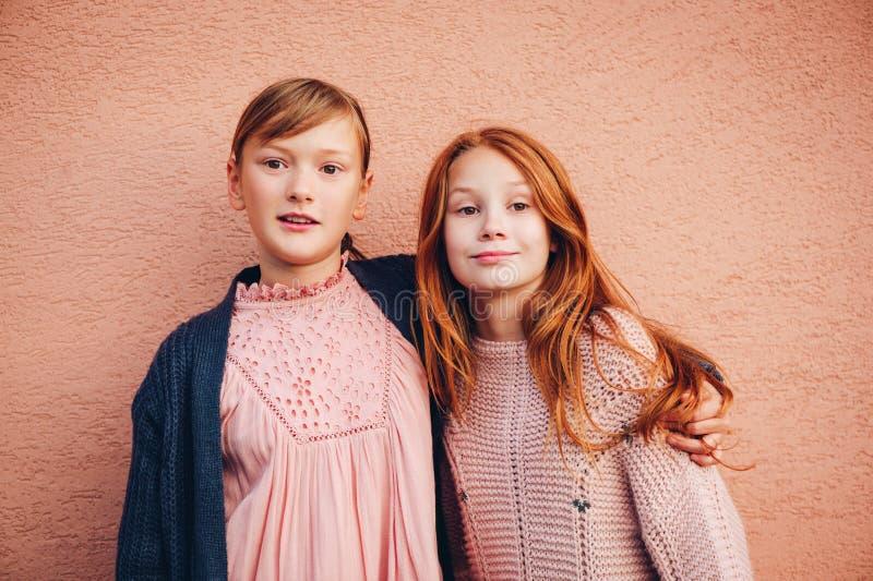 Het portret van mooie twee weinig preteen meisjes stock foto