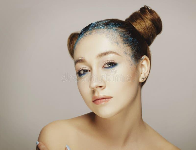 Het portret van mooie vrouw met blauw maakt omhoog op ogen en blauw g stock foto