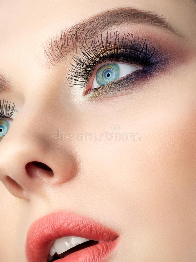 Het portret van mooie vrouw met manier maakt omhoog stock foto's