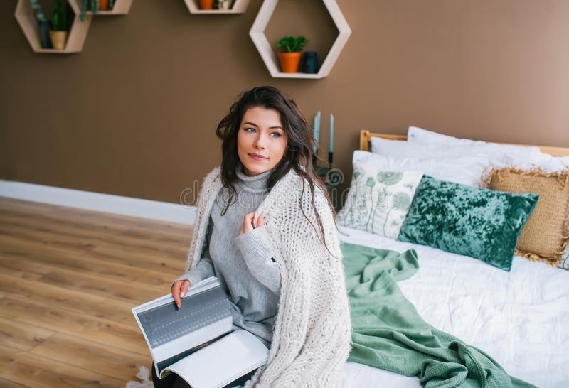 Het portret van mooie vrouw in sjaal leest het tijdschrift royalty-vrije stock afbeeldingen