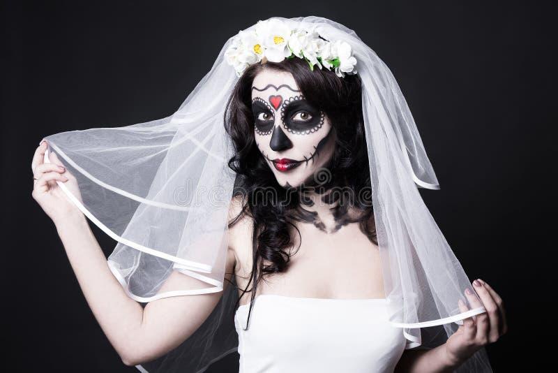 Het portret van mooie vrouwenbruid met creatieve suikerschedel maakt royalty-vrije stock fotografie