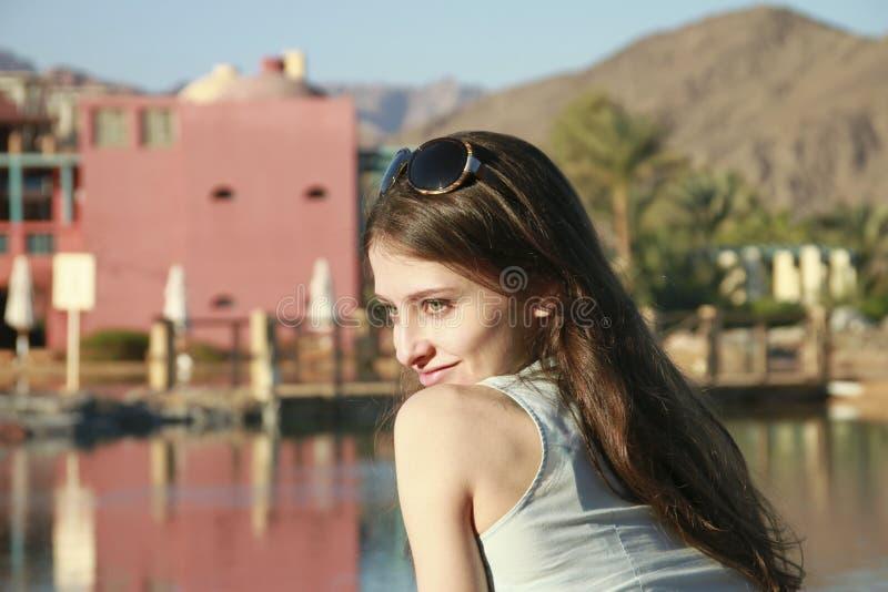 Het portret van onschuld mooi meisje in blauw stock afbeelding