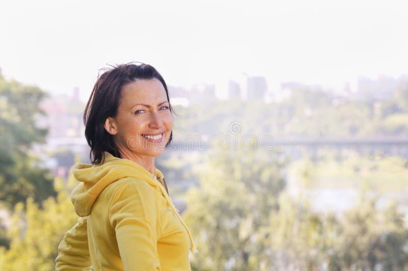 Het portret van rijpe vrouw weared in sportenkleren in het park royalty-vrije stock fotografie
