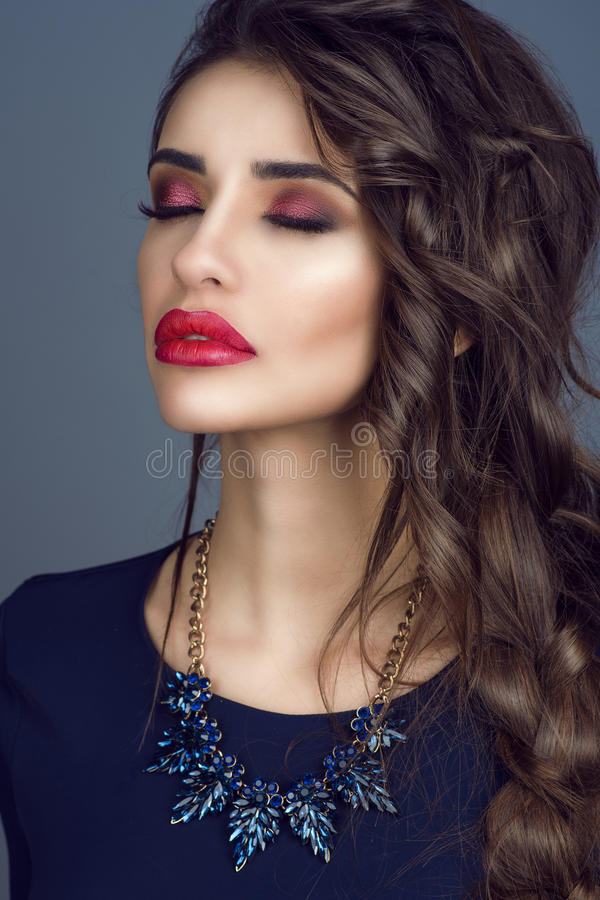 Het portret van schitterende jonge dame met perfecte huid, rood vulde lippen en lang gevlecht donker haar die met gesloten ogen b royalty-vrije stock fotografie