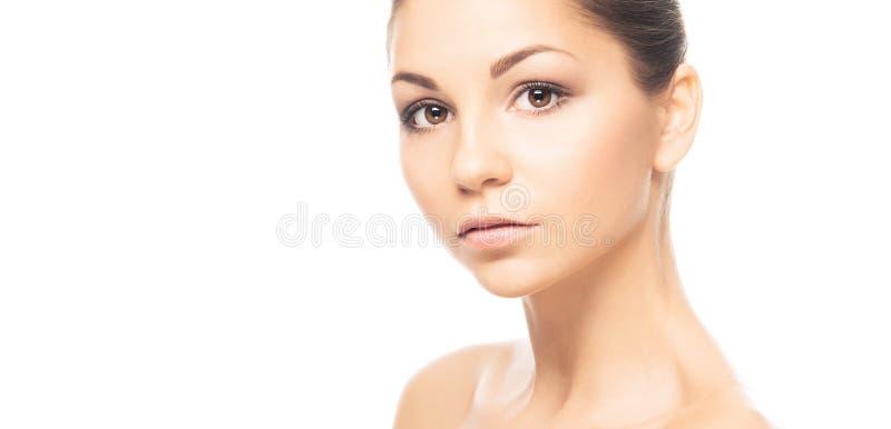 Het portret van het schoonheidsclose-up van mooi, vers en gezond meisje Menselijk die gezicht op wit wordt geïsoleerd stock foto's