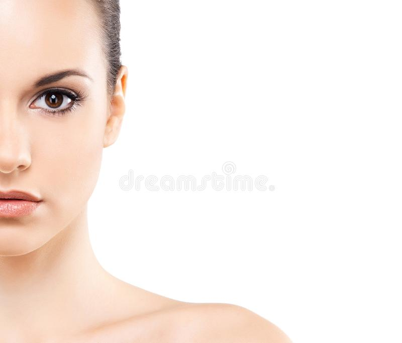 Het portret van het schoonheidsclose-up van mooi, vers en gezond meisje Menselijk die gezicht op wit wordt geïsoleerd stock foto