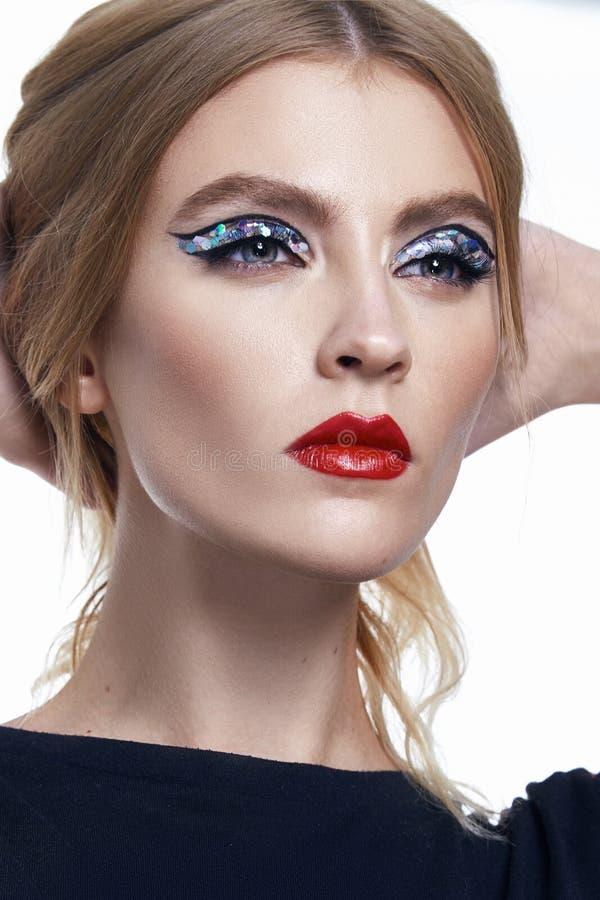 Het portret van sexy mooie vrouwenkunst maakt omhoog rode lippenstift stock foto