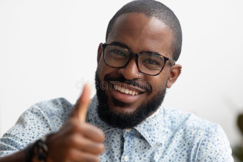 Het portret van het slimme het glimlachen Afrikaanse Amerikaanse zakenman gesturing beduimelt omhoog royalty-vrije stock foto's