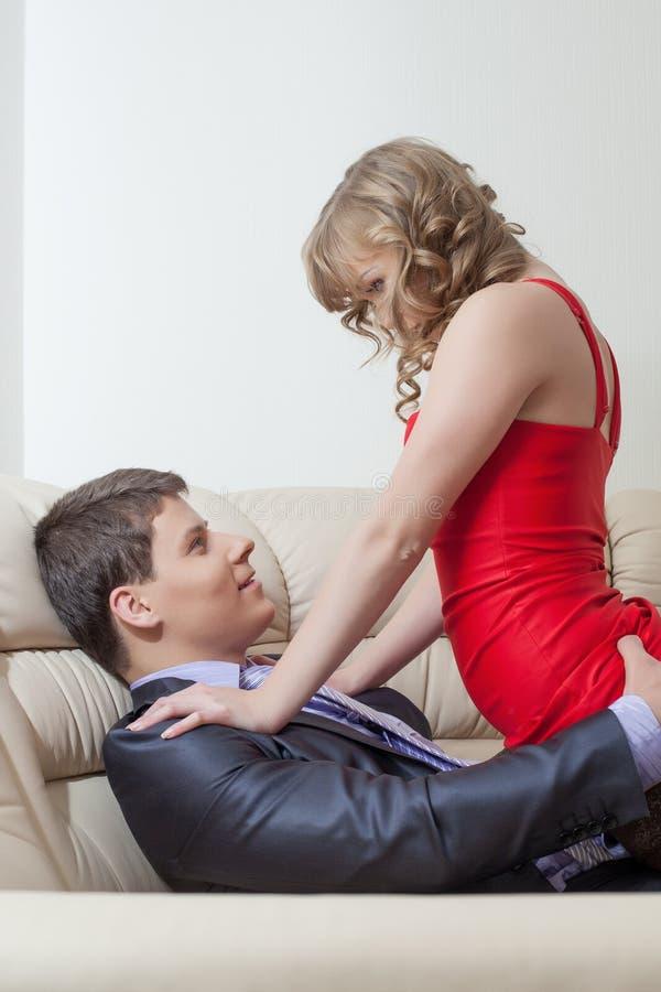 Het portret van speels sexy meisje verleidt zakenman royalty-vrije stock afbeelding