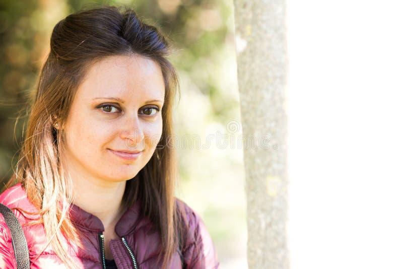 Het portret van Stefania bij het park in de vroege lente stock foto