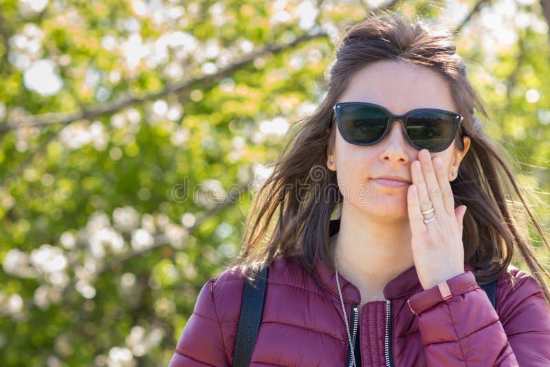 Het portret van Stefania bij het park in de vroege lente stock foto's