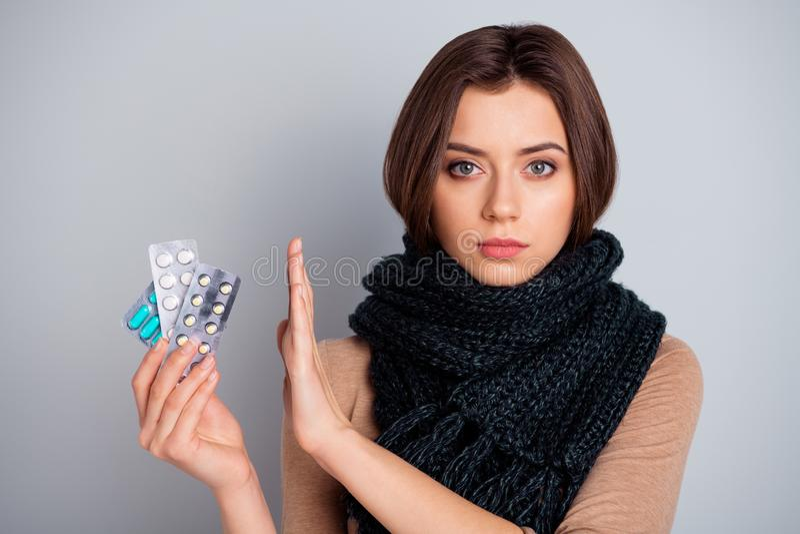Het portret van strikte dame artsendokter adviseert niet kies beslis de remedie geen verboden geklede moderne kledingssjaal zegt stock foto's
