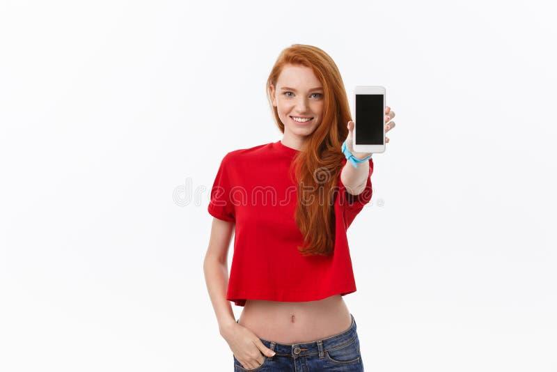 Het portret van volwassen studenten eenvormig mooi meisje toont haar smartphone royalty-vrije stock fotografie