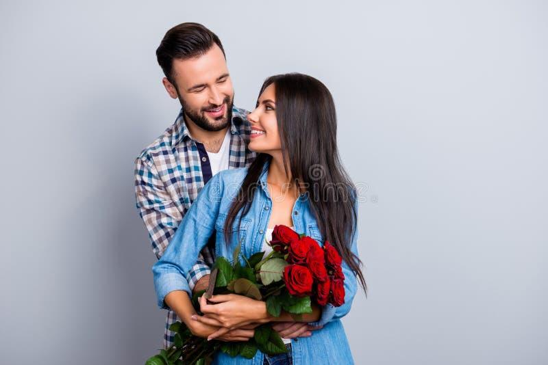 Het portret van vrolijk mooi leuk paar met het richten glimlacht hugg stock foto's