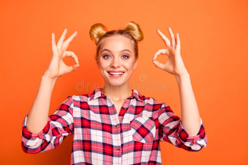 Het portret van vrolijke mooie leuke damepromotor heeft advertenties bevordering adviseren adverteert geklede gecontroleerde over stock foto
