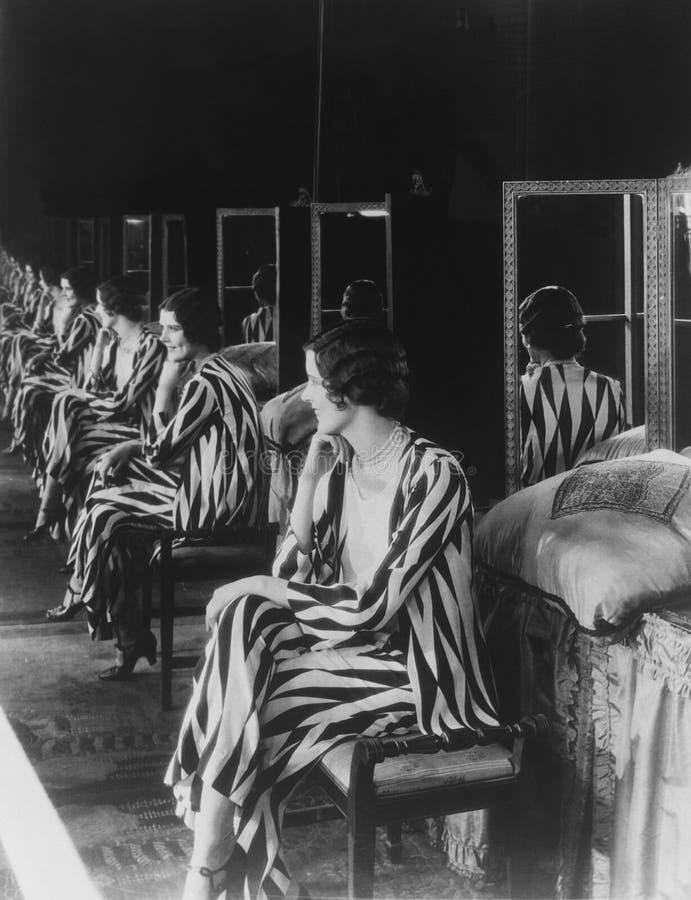 Het portret van vrouw dacht vaak in spiegel na (Alle afgeschilderde personen leven niet langer en geen landgoed bestaat Leveranci royalty-vrije stock afbeelding