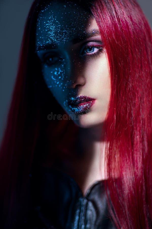 Het portret van vrouw met rood haar en schittert omhoog maakt stock afbeeldingen