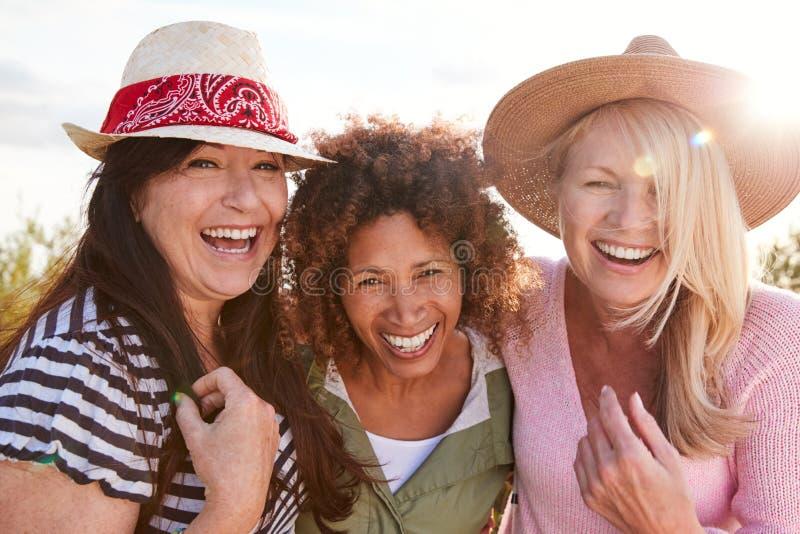 Het portret van vrouwelijke vrienden van de vrouw die door gebied op de Vacatie van de Camping lopen royalty-vrije stock fotografie