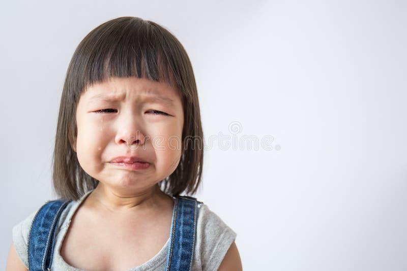 Het portret van weinig het Aziatische schreeuwende meisje kleine rollen scheurt het huilen emotie stock afbeeldingen