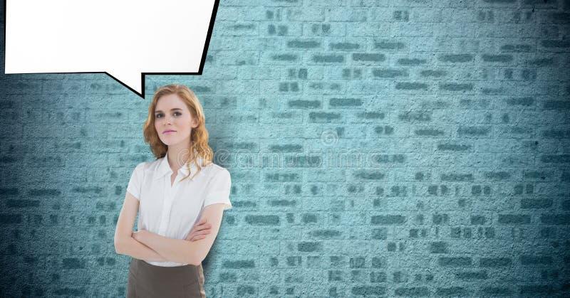 Het portret van zekere onderneemster bevindende wapens kruiste met toespraakbel tegen bakstenen muur vector illustratie