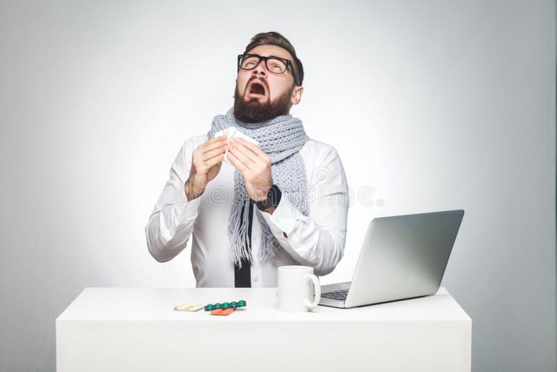 Het portret van zieken krabbelt jonge werkgever in wit overhemd, zitten de sjaal en de avondkleding in bureau en moeten belangrij royalty-vrije stock fotografie