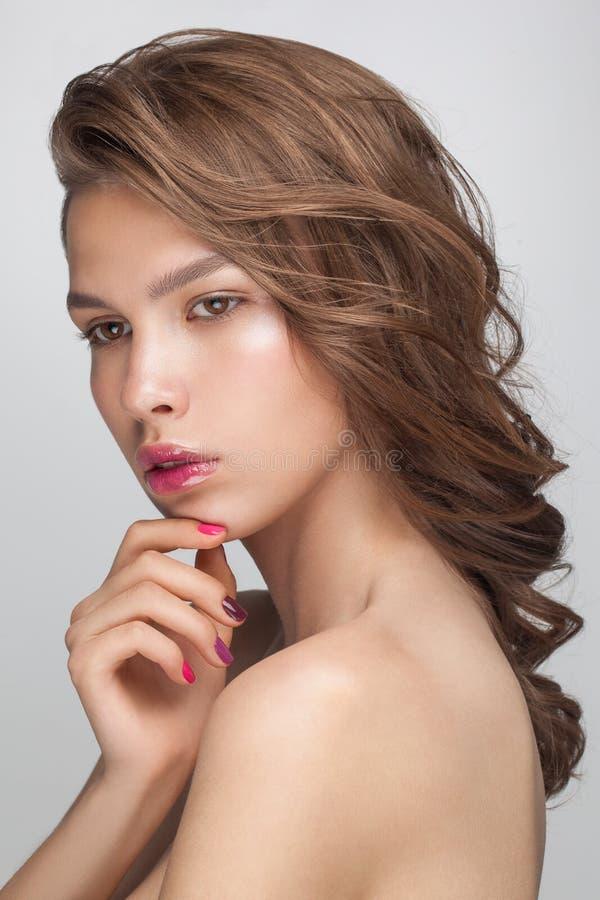 Het portretclose-up van de schoonheidsmanier van jonge aantrekkelijke sensuele modelvrouw stock afbeeldingen