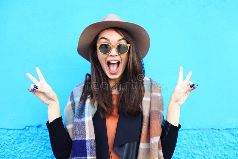 Het portretvrouw van de manierherfst op een blauwe achtergrond stock afbeeldingen