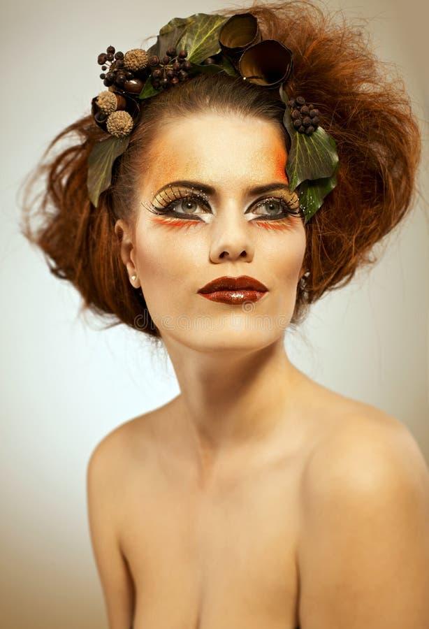 Het portretvrouw van de schoonheid in de herfstmake-up royalty-vrije stock foto