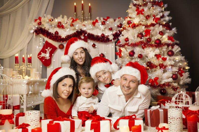 Het Portretzaal van de Kerstmisfamilie Binnenland, de Huidige Gift van de Kerstmisboom stock foto's