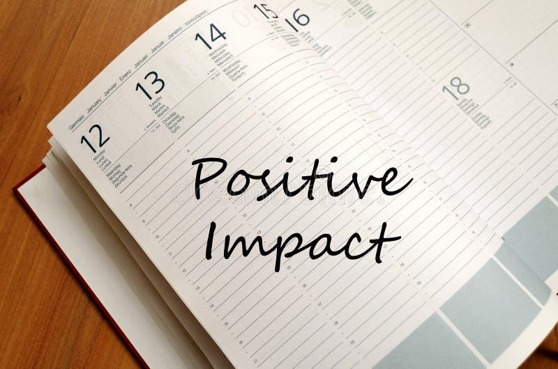 Het positieve effect schrijft op notitieboekje stock foto
