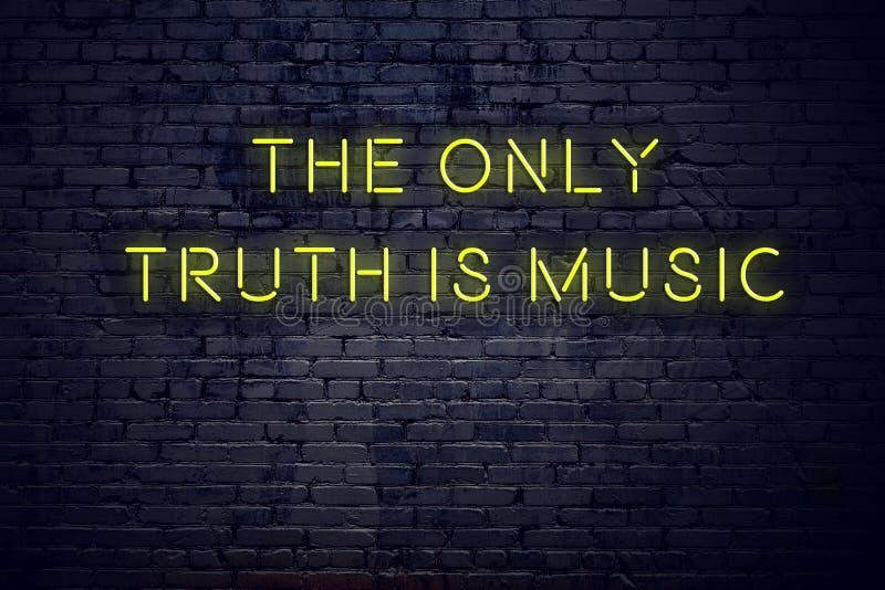 Het positieve inspirerende citaat op neonteken tegen bakstenen muur de enige waarheid is muziek vector illustratie