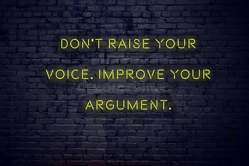 Het positieve inspirerende citaat op neonteken tegen bakstenen muur heft uw stem niet op verbetert uw argument royalty-vrije illustratie