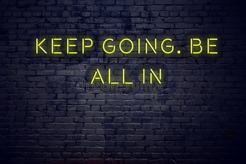 Het positieve inspirerende citaat op neonteken tegen bakstenen muur houdt gaand is binnen allen vector illustratie