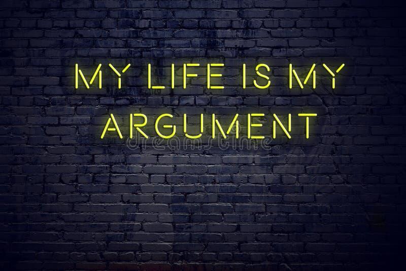 Het positieve inspirerende citaat op neonteken tegen bakstenen muur mijn leven is mijn argument stock illustratie