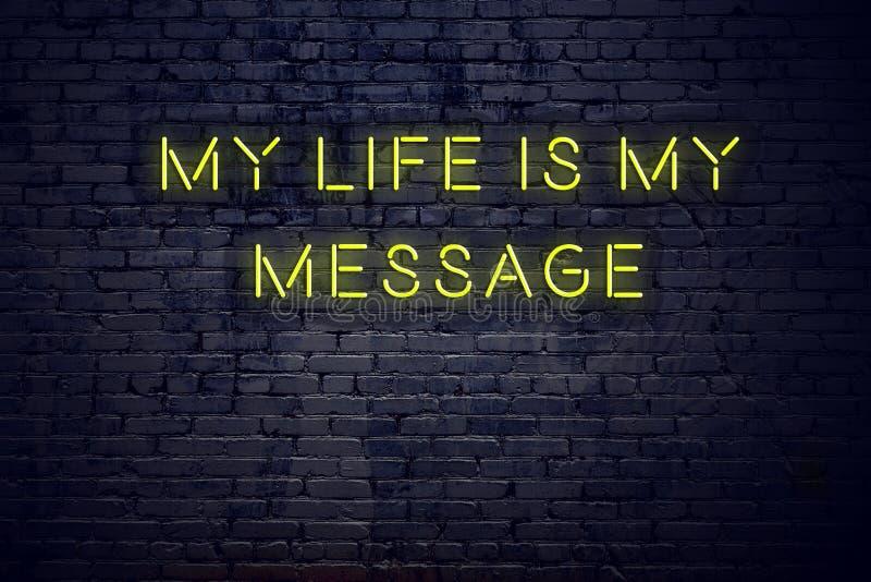 Het positieve inspirerende citaat op neonteken tegen bakstenen muur mijn leven is mijn bericht vector illustratie