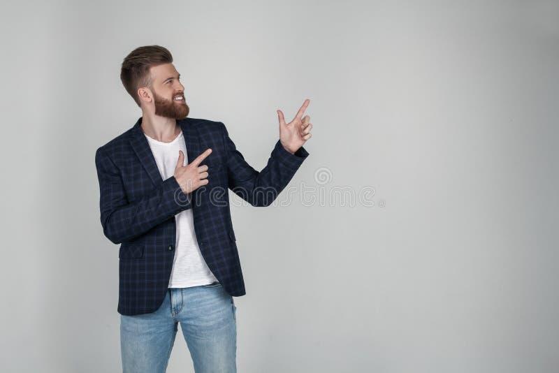 Het positieve jonge mannetje freelancer of blogger wordt tevredengesteld met resultaten van het werk, heeft vriendschappelijke pr royalty-vrije stock foto