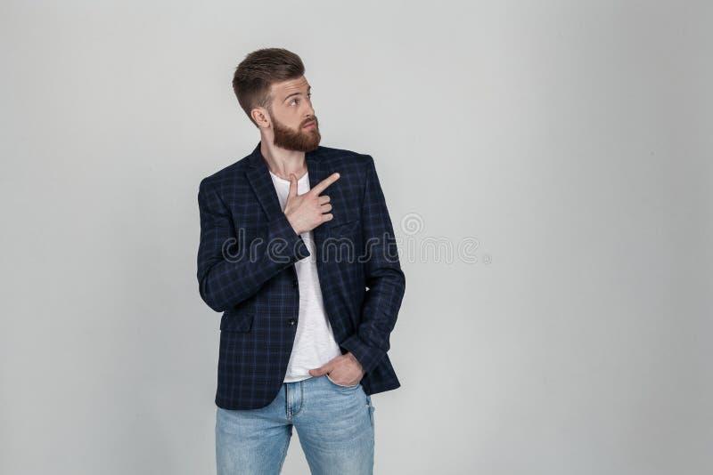 Het positieve jonge mannetje freelancer of blogger wordt tevredengesteld met resultaten van het werk, heeft vriendschappelijke pr royalty-vrije stock afbeeldingen