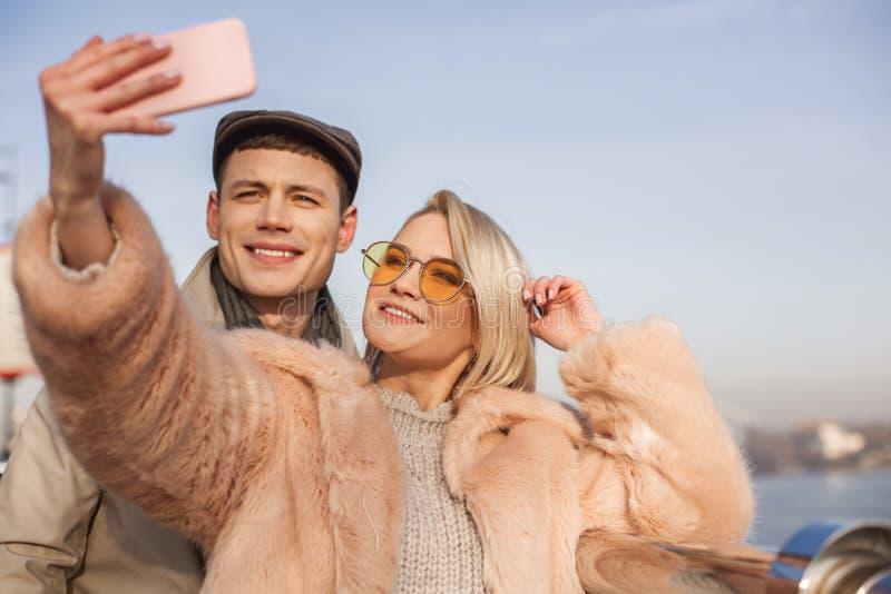 Het positieve meisje en de vriend nemen foto stock foto