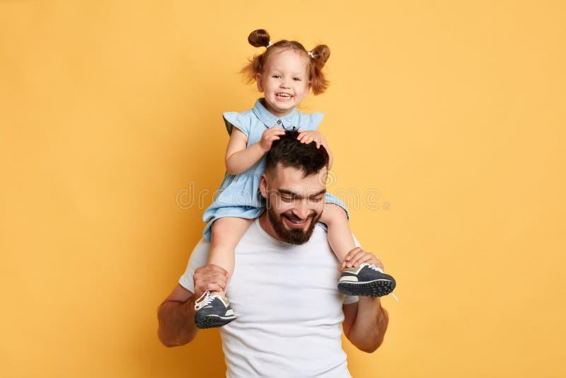 Het positieve vrolijke papa spelen met dochter royalty-vrije stock foto's