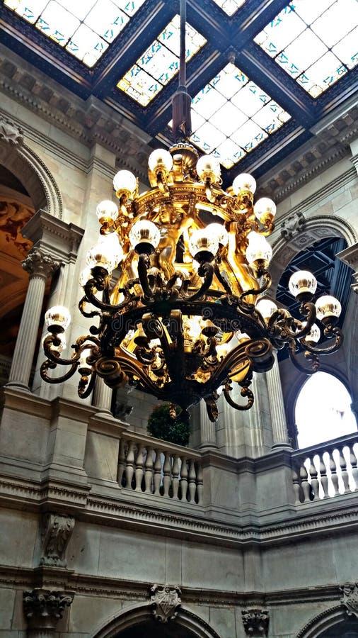 Het prachtige kroonluchter hangen in een historisch gebouw royalty-vrije stock foto's