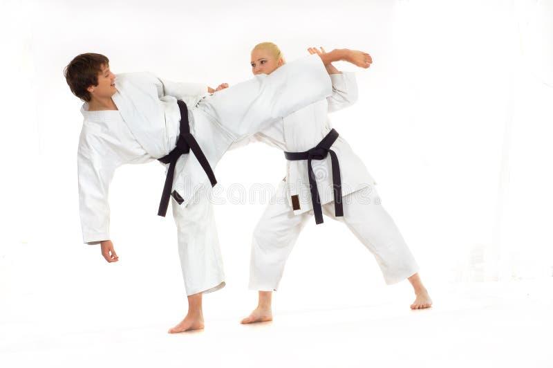 Het praktizeren Karate royalty-vrije stock afbeeldingen