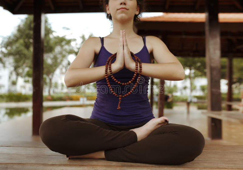 Het praktizeren meditatie stock fotografie