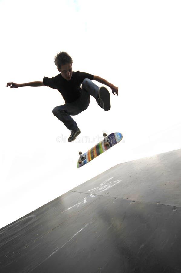 Het praktizeren van de jongen het met een skateboard rijden stock afbeelding