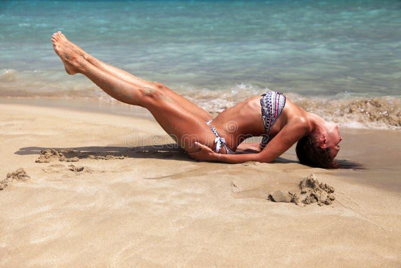 Het praktizeren van de vrouw yoga royalty-vrije stock foto