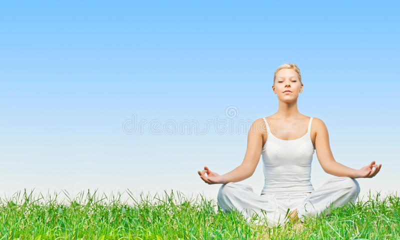 Het praktizeren van de vrouw yoga die in openlucht mediteert royalty-vrije stock fotografie