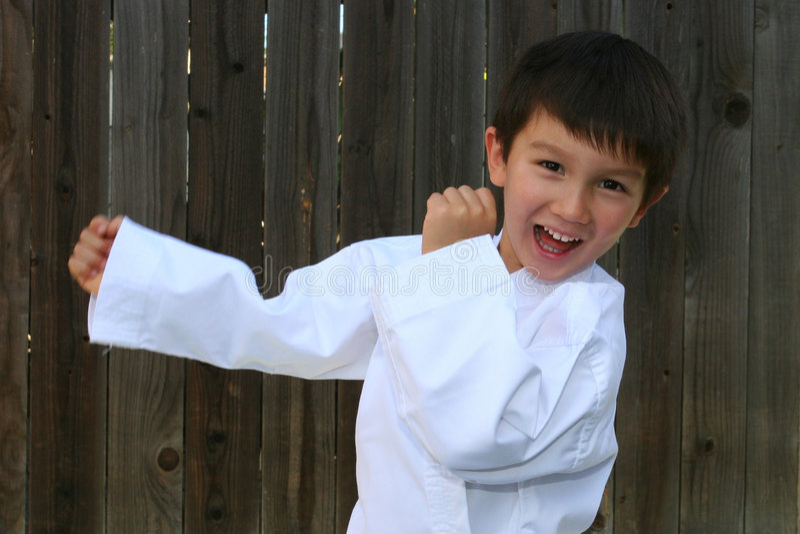 Het praktizeren van het jonge geitje Karate royalty-vrije stock afbeeldingen